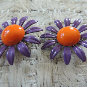 """Clip Purple Metal Flower Earrings """"70's"""" Vintage"""