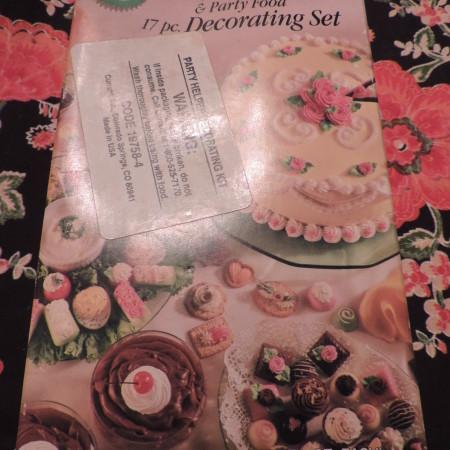 Wilton 17 Piece Decorating Set NEW (