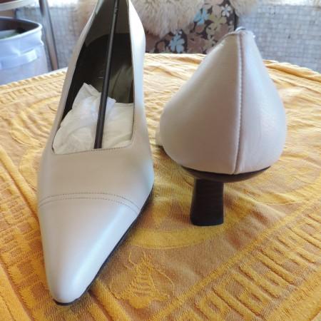 Gucci Cream Leather Pumps NWB/R & Storage Bag Size 9 1/2